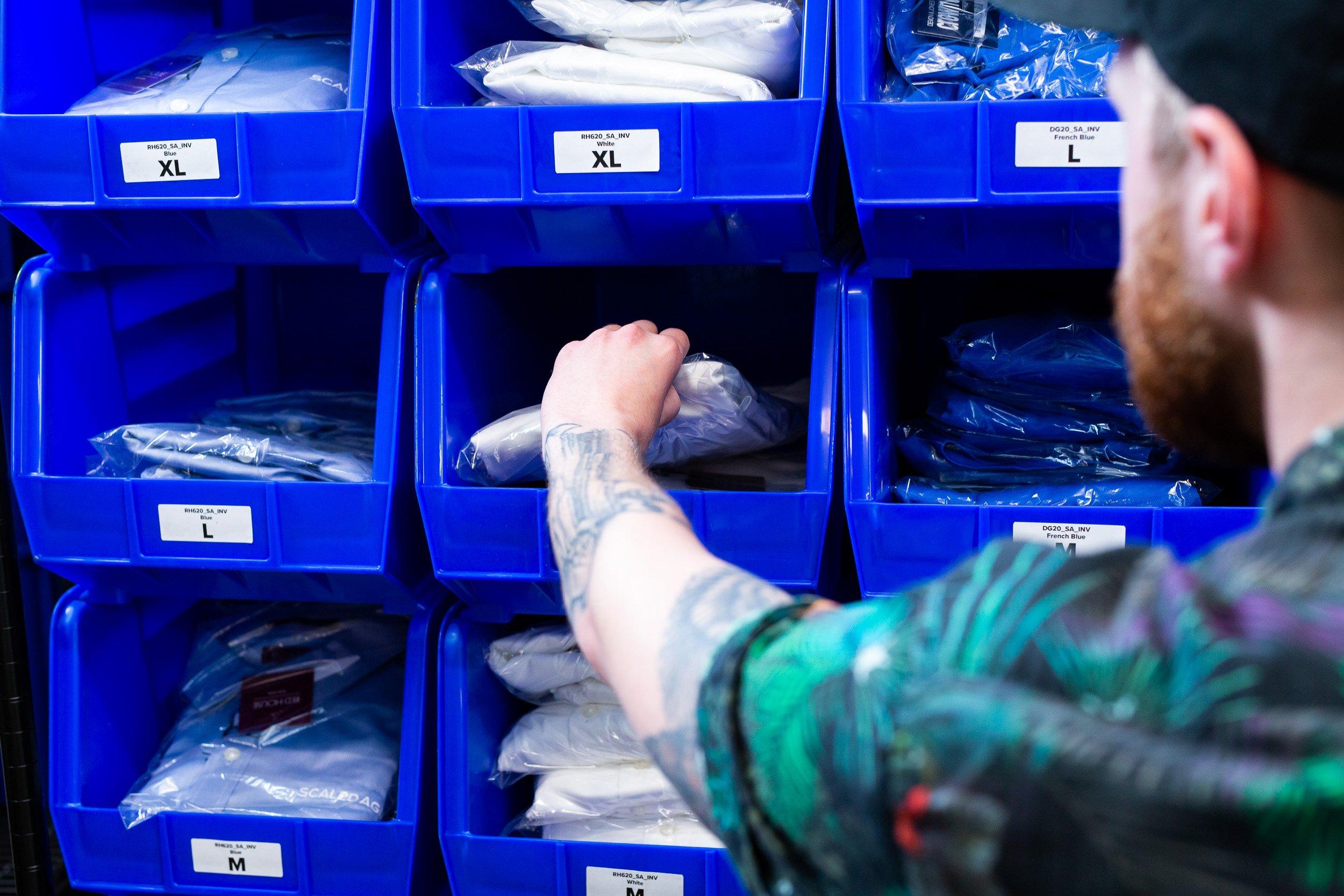 Tactive employee fulfills an e-shop order